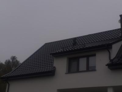 Wyremontowany dom na tle zachmurzonego nieba