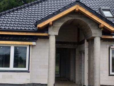 Remontowany dom z filarami
