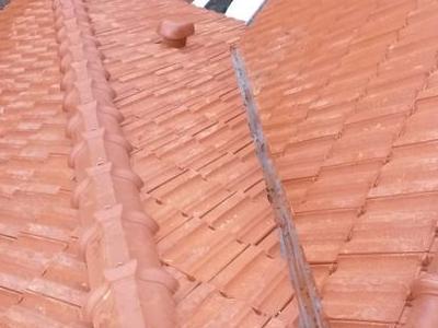 Dach domu z czerwonej blachodachówki