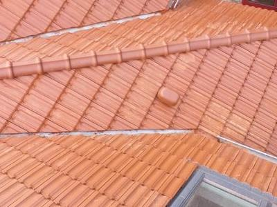 dach z czerwonej dachówki