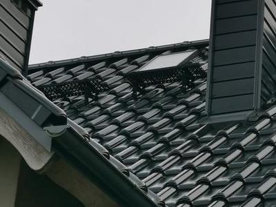 widok na czarny dach domu