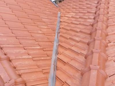 skośny dach z czerwonej dachówki